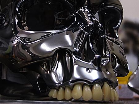 アーノルドの過去の写真を参考に、義歯を1本ずつ削って成形した。