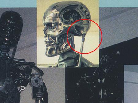 """これは1986年頃に撮影されたもの。スタンウインストンスタジオの応接室に展示されていた1作目のプロップ。ボールジョイント方式であることが判ります。(""""宇宙船""""より)"""