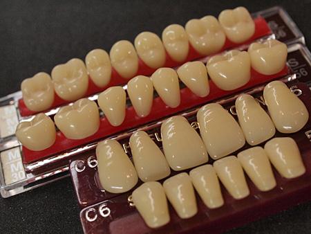 行きつけの歯科医にて取り寄せてもらった義歯