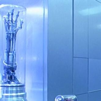 マイルズ・ダイソン、サイバーダインシステムズ社保管庫でエンドアームを見つめるシーン